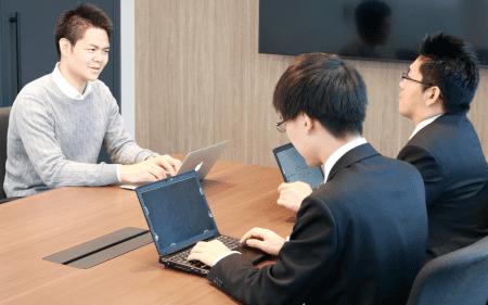 「文書統合は2年後のPマーク更新に向けて時間をかけて取り組んで行きます」(左;前田氏)※右から弊社 大谷、松原