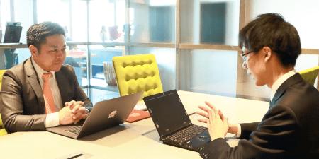 「ISMSを取得したいという会社があればLRMをご紹介しようと思っています」(左;池上氏)※右は弊社 松原
