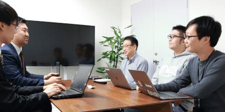 「特別これまでと違うことをしたり、業務が煩雑になることなく、運用出来る情報セキュリティマネジメントの仕組み作りが出来ました」(右から;川崎氏、伊藤氏、松﨑氏)※左から弊社 松原、三崎