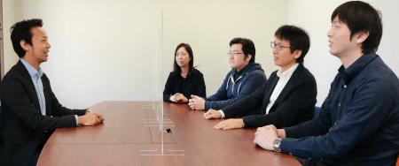 「今回は弊社が普段使っている『Teams』のオンライン会議とチャットを使ってプロジェクトを進めました」(右から;井高氏、堀内氏、津田氏、今野氏)※左は弊社、金子