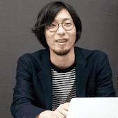 クリエイティブ事業部 事業部長・村上徹氏(取材はオンラインで峰氏にお話をうかがいましたが、写真撮影では村上氏と、取締役・斎藤輝幸氏にもご参加いただきました)