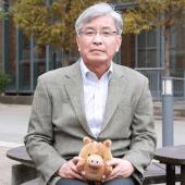 「企業との共同研究に限らず、大学全体にとってデジタルトランスフォーメーションは非常に重要なテーマです」(センター長・齋藤政彦氏)※手に持っているぬいぐるみは神戸大学のマスコットキャラクター「神大うりぼう」