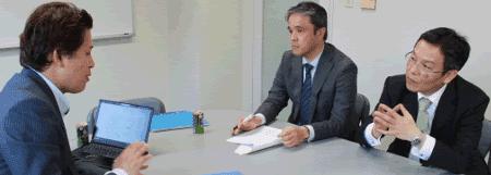 「事務局としては、少なくとも次のPマーク更新までは、サポートしていただくことを検討しています」(中;山本氏、右;坂東氏)※左は弊社・幸松