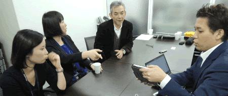 取材後、社内コミュニケーションツールについて、幸松(右)をまじえて話し合う様子