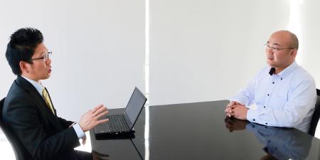 「更新審査に備えてPマークの運用改善サポート『情報セキュリティ倶楽部』を契約しました」(右;落合氏) ※左は弊社・大谷